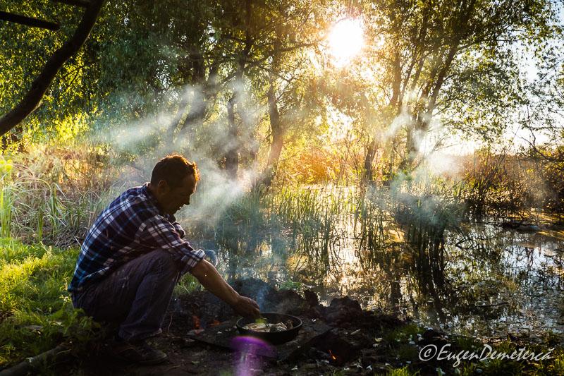 Nea Nicu prajeste pestele in Delta Dunarii