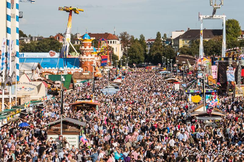 Mii de oameni la Oktoberfest 2