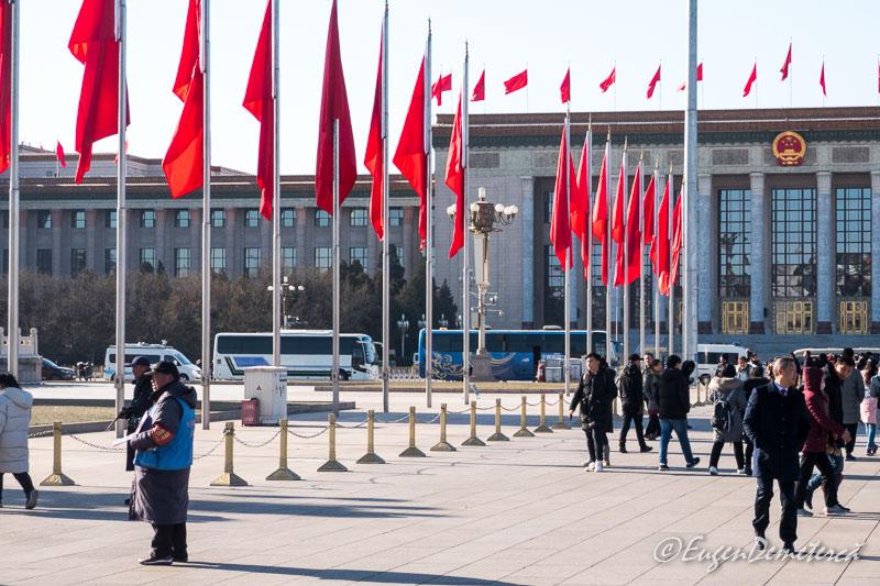 Piata Tien An Men - steaguri rosii