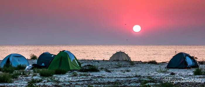 Rasarit peste corturi la Marea Neagra