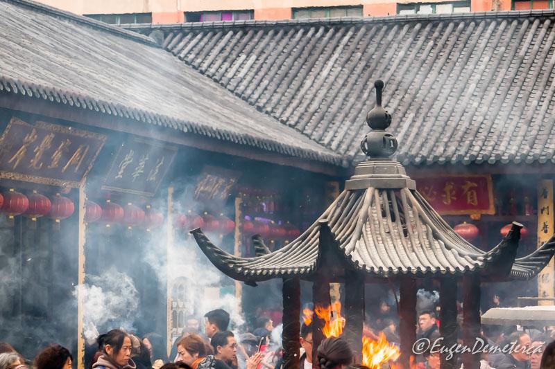 Shanghai - credinciosi arzand betisoare la Templul lui Buddha de Jad
