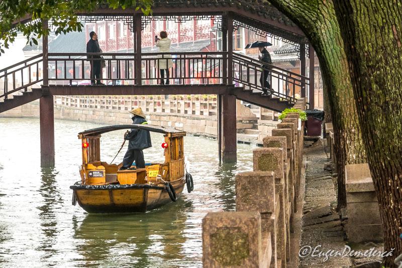 Gondola chinezeasca in Zhujiajiao sub pod de lemn