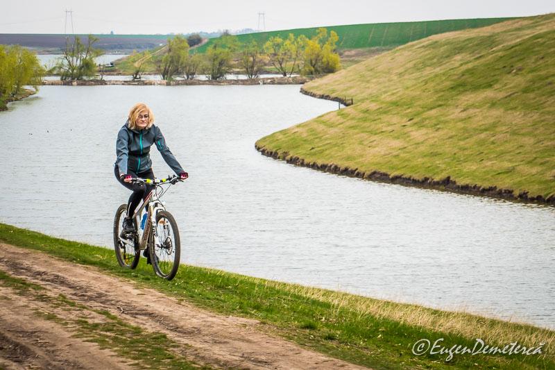 Valea Iazurilor - peisaj cu apa si biciclista
