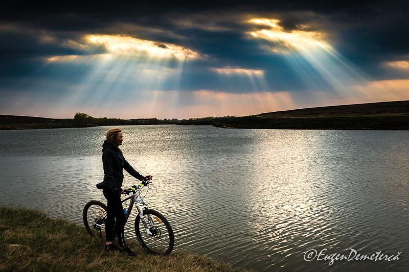 Valea Iazurilor - Biciclista cu nori si raze -