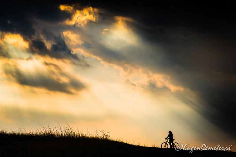 Valea Iazurilor - biciclista cu raze si nori