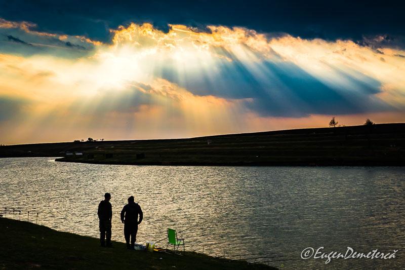 Valea Iazurilor - pescari cu raze si nori
