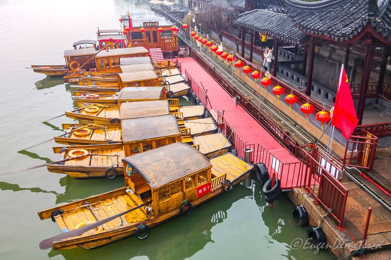 Gondole chinezesti andocate in Zhujiajiao