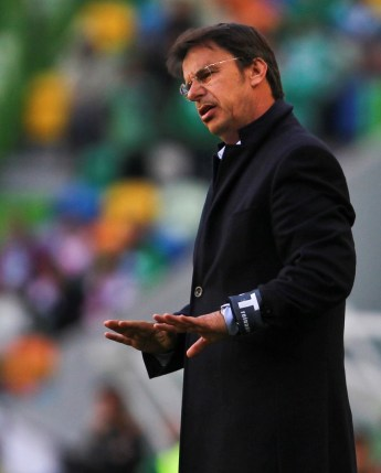 Nacional`s headcoach, Manuel Machado, gives instructions to his players during the Portuguese First League soccer match against Sporting Lisbon held at Alvalade Stadium in Lisbon, Portugal, 28 April 2013. JOAO CORDEIRO / LUSA
