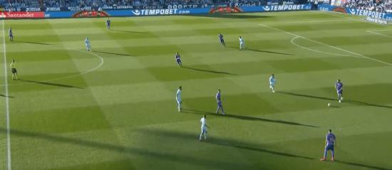 - Sergio Busquets, en posición muy adelantada, lanzando la presión del Barça. -