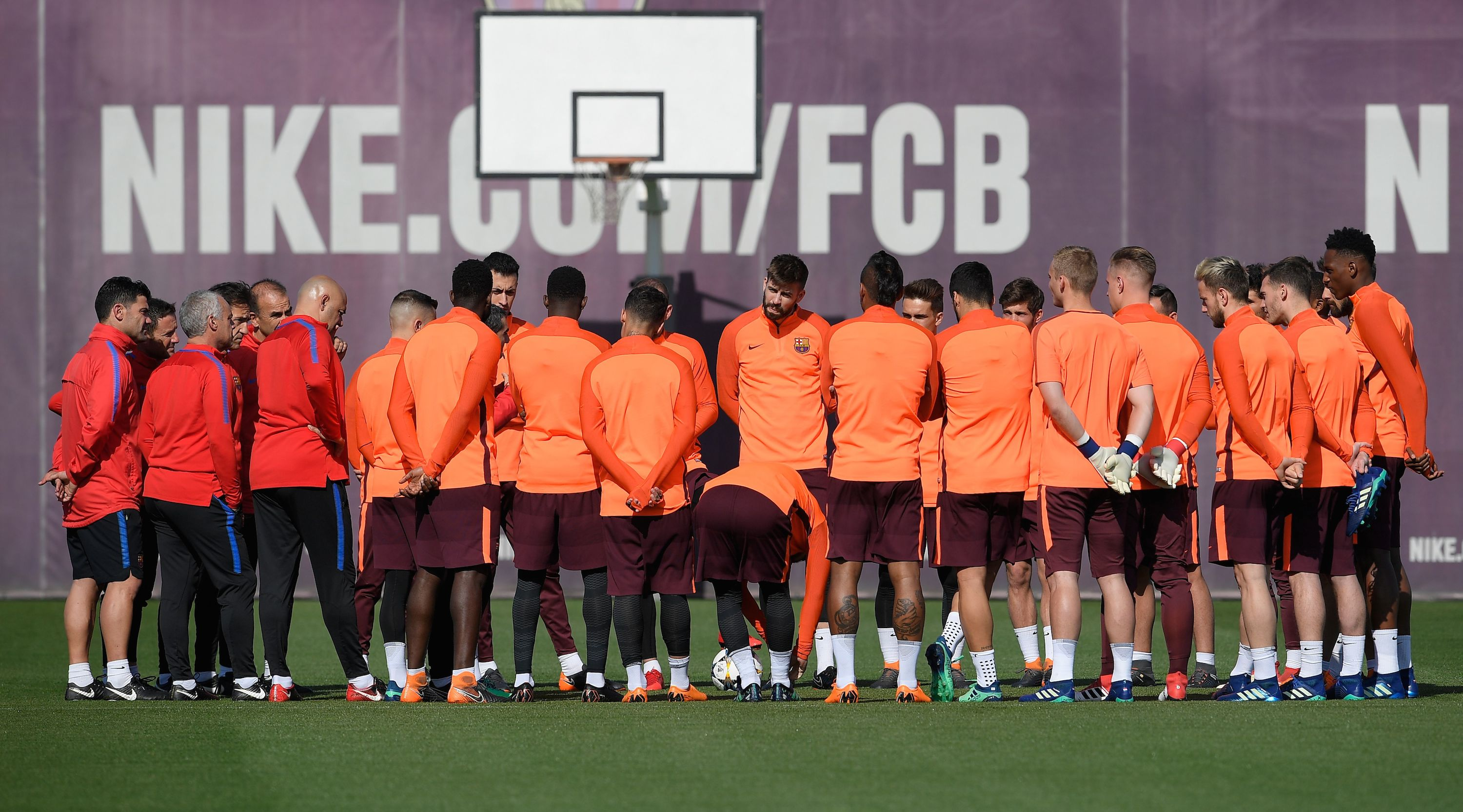 Barcelona's players listen to Barcelona's coach Ernesto Valverde (C) during a training session at the Joan Gamper Sports Center in Sant Joan Despi near Barcelona on April 3, 2018 on the eve the UEFA Champions League quarter-final first leg football match between Barcelona and AS Roma. / AFP PHOTO / LLUIS GENE (Photo credit should read LLUIS GENE/AFP/Getty Images)