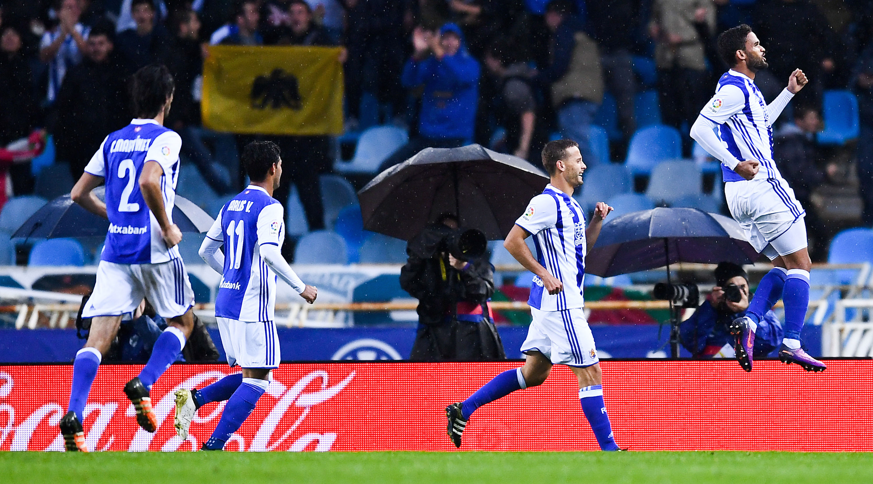 SAN SEBASTIAN, SPAIN - NOVEMBER 05: William Jose (R) of Real Sociedad de Futbol celebrates after scoring his team's second goal during the La Liga match between Real Sociedad de Futbol and Atletico de Madrid at Anoeta stadium on November 5, 2016 in San Sebastian, Spain. (Photo by David Ramos/Getty Images)