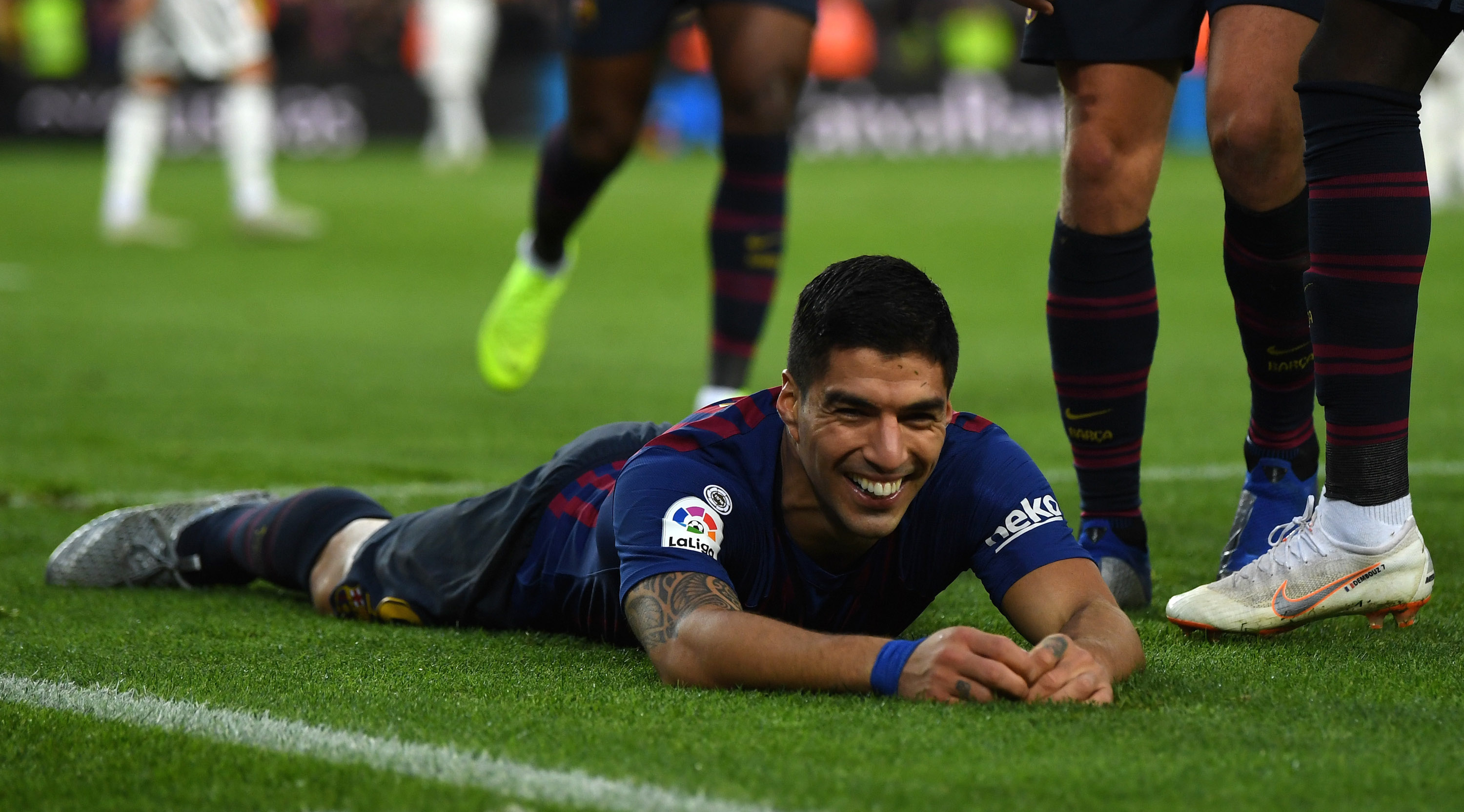 Luis Suarez of Barcelona celebrates scoring his sides third goal during the La Liga match between FC Barcelona and Real Madrid CF at Camp Nou on October 28, 2018 in Barcelona, Spain. (Photo by David Ramos/Getty Images)