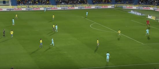 - Durante el primer tiempo, la UD Las Palmas planteó una presión muy adelantada.-