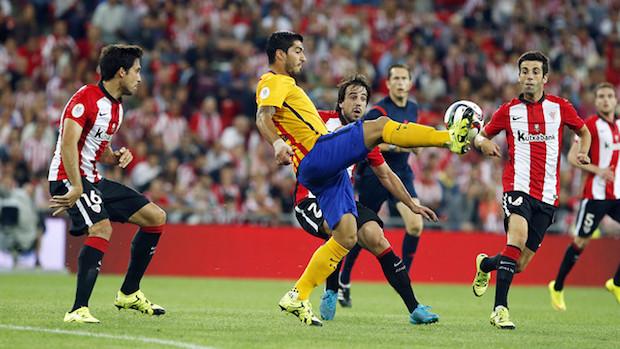 Luis Suárez tratando de controlar un balón durante el partido entre Athletic y Barça de la Supercopa.