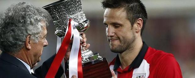 Villar entrega a Gurpegui el trofeo que acredita al Athletic como el campeón de la Supercopa.