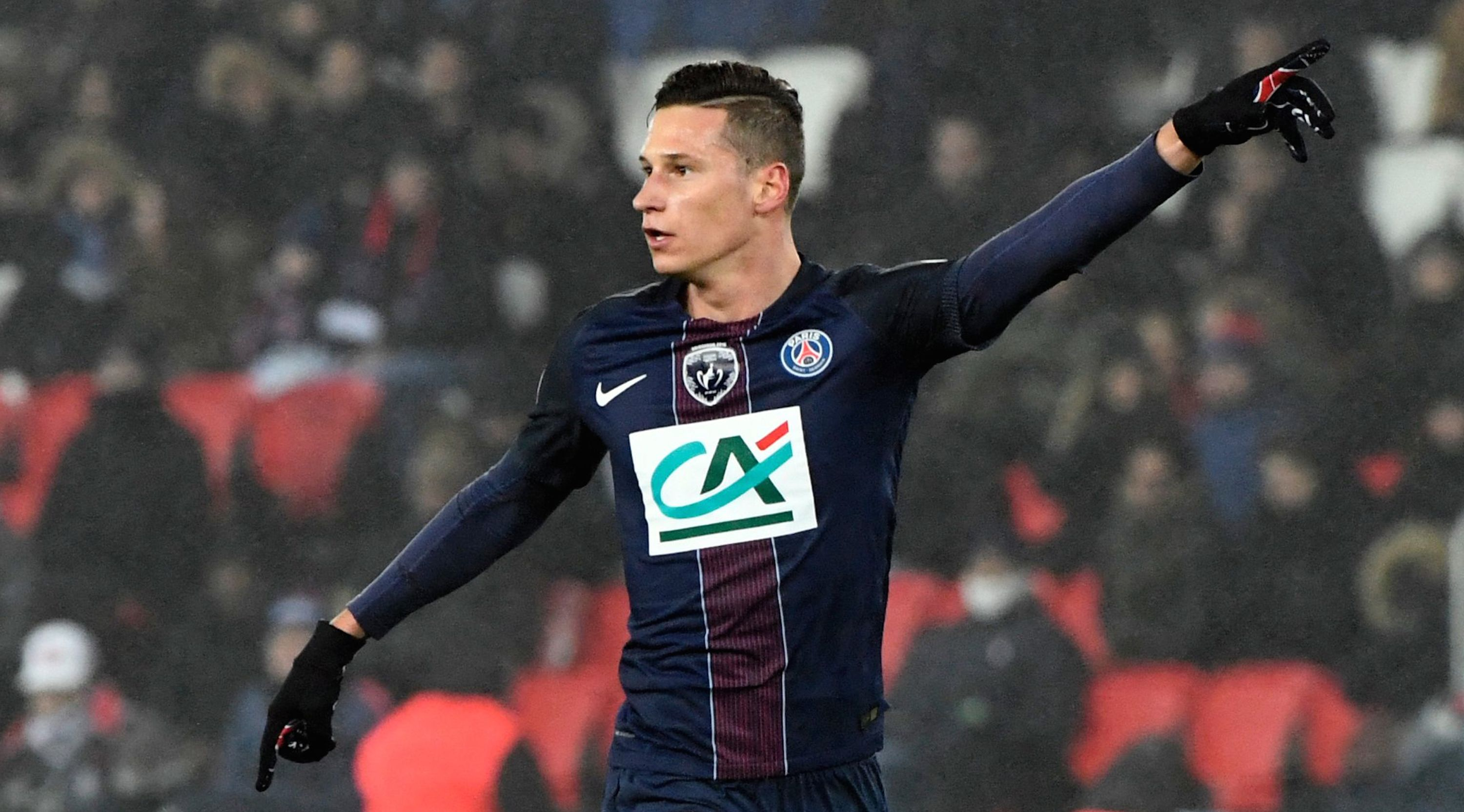 Paris Saint-Germain's German midfielder Julian Draxler (C) gestures during the French Cup football match between Paris Saint-Germain (PSG) and Bastia (SCB) at the Parc des Princes stadium in Paris, on January 7, 2017. / AFP / ALAIN JOCARD (Photo credit should read ALAIN JOCARD/AFP/Getty Images)