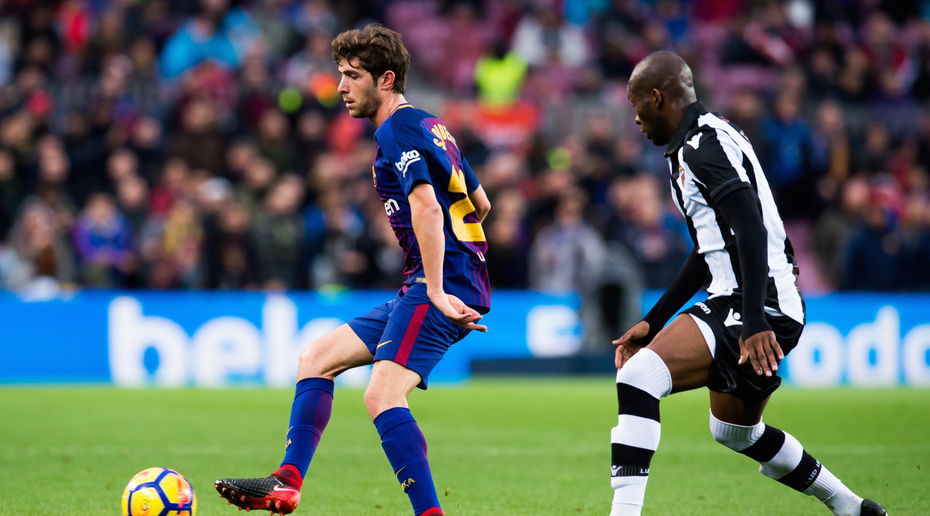 BARCELONA, SPAIN - JANUARY 07: Sergi Roberto of FC Barcelona plays the ball past Jefferson Lerma of Levante UD during the La Liga match between Barcelona and Levante at Camp Nou on January 7, 2018 in Barcelona, Spain. (Photo by Alex Caparros/Getty Images)