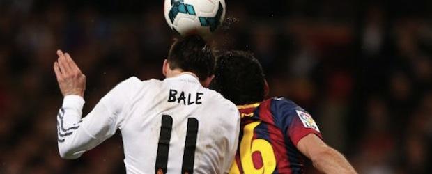 Gareth Bale y Sergio Busquets pelean por un balón aéreo.