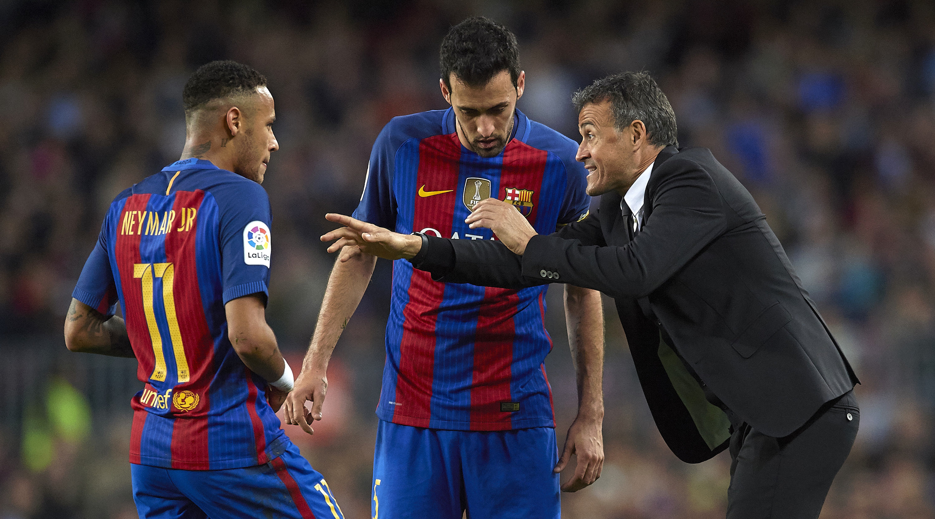 BARCELONA, SPAIN - NOVEMBER 19: Luis Enrique, Manager of FC Barcelona give instructions to his players Sergio Busquets and Neymar JR during the La Liga match between FC Barcelona and Malaga CF at Camp Nou stadium on November 19, 2016 in Barcelona, Spain. (Photo by Manuel Queimadelos Alonso/Getty Images)