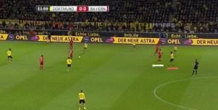 La estrecha vigilancia de Hummels sobre Müller llevó en varios momentos al central del Dortmund a salir lejos de la línea defensiva.