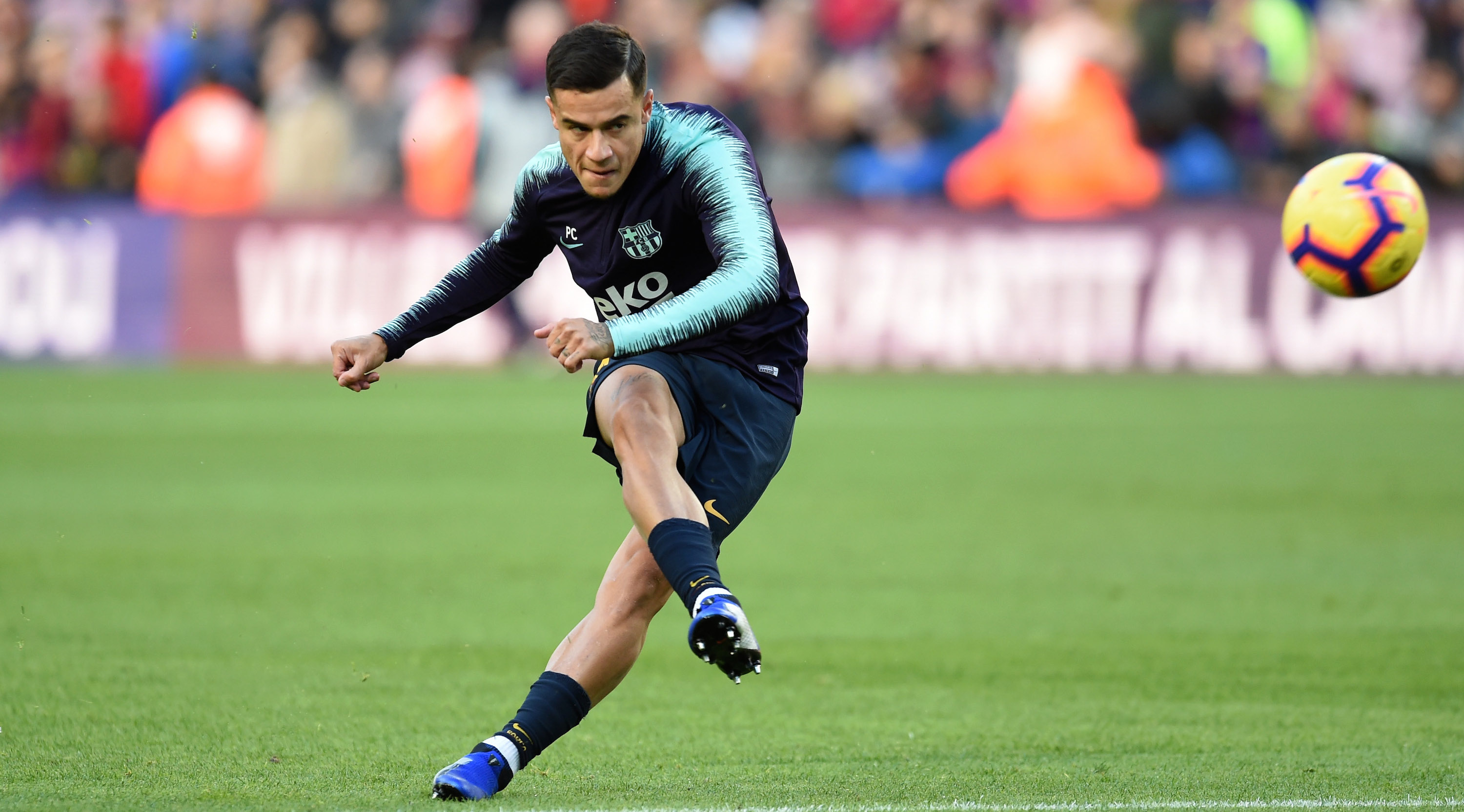 Philippe Coutinho of Barcelona shoots in the warm up prior to the La Liga match between FC Barcelona and Real Madrid CF at Camp Nou on October 28, 2018 in Barcelona, Spain. (Photo by Alex Caparros/Getty Images)