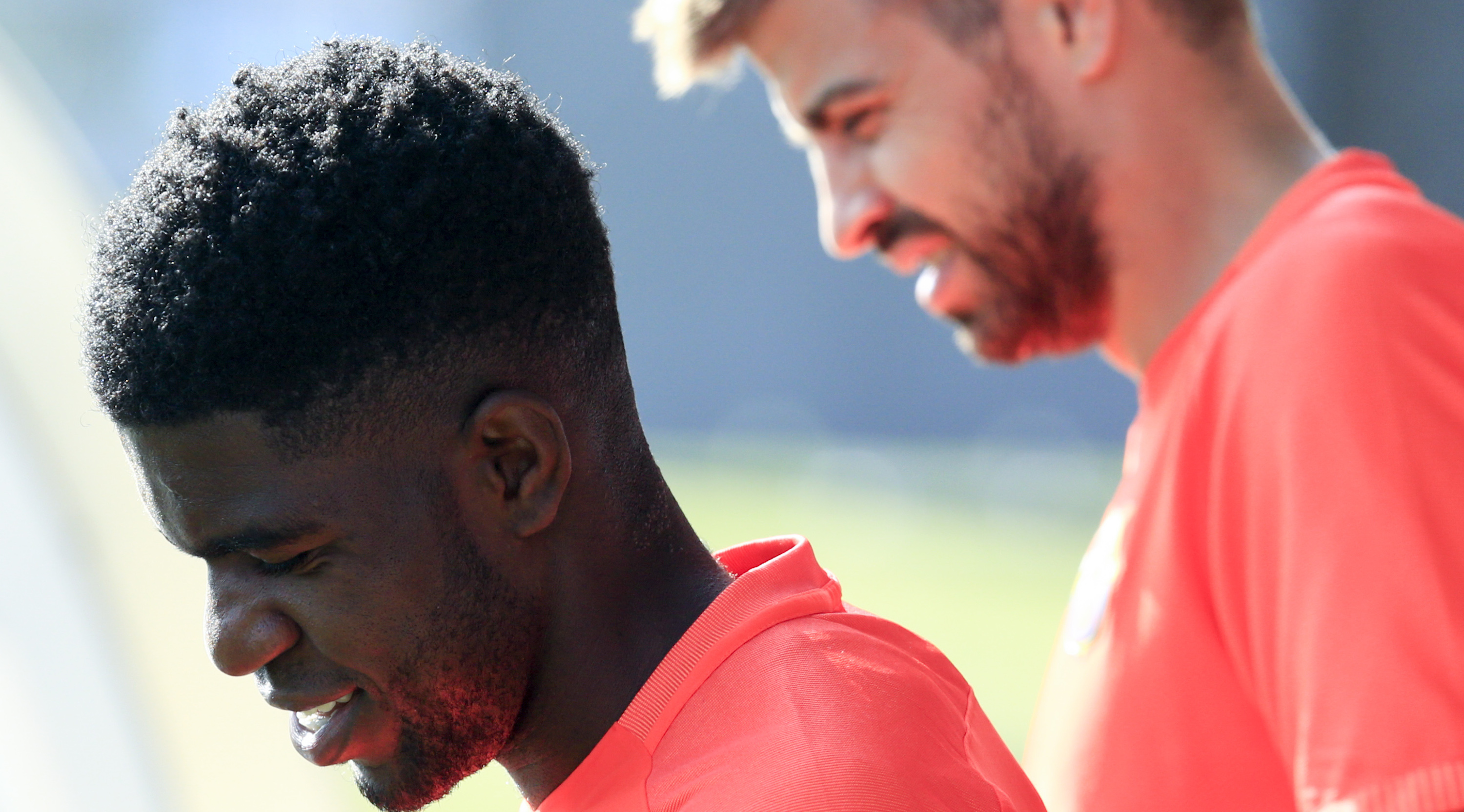 Barcelona's French defender Samuel Umtiti (L) and Barcelona's defender Gerard Pique arrive to a training session at the Sports Center FC Barcelona Joan Gamper in Sant Joan Despi, near Barcelona on August 19, 2016 / AFP / PAU BARRENA (Photo credit should read PAU BARRENA/AFP/Getty Images)