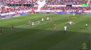 Aleix Vidal fijando la amplitud del Sevilla por banda derecha durante un partido de la pasada campaña.