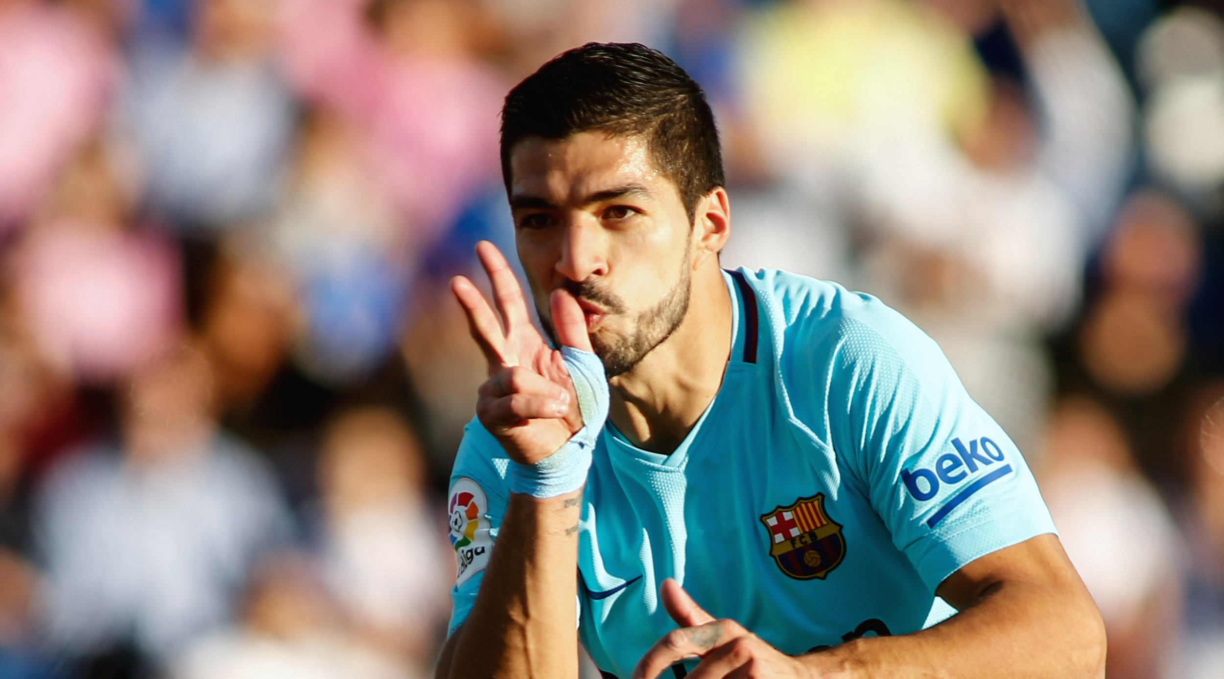 Barcelona's Uruguayan forward Luis Suarez celebrates after scoring a goal during the Spanish league football match Leganes vs Barcelona at the Butarque stadium in Leganes on November 18, 2017. / AFP PHOTO / OSCAR DEL POZO (Photo credit should read OSCAR DEL POZO/AFP/Getty Images)