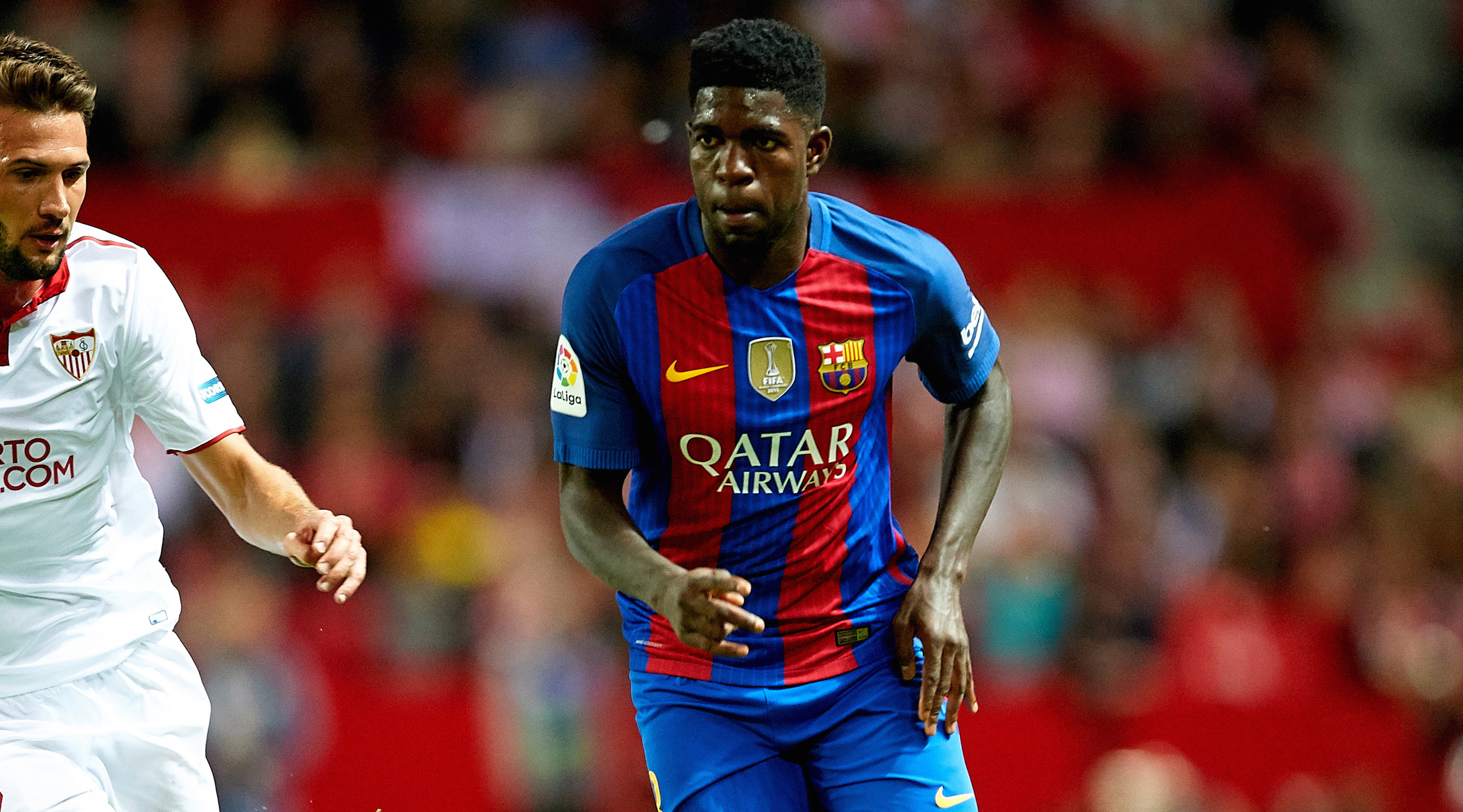 SEVILLE, SPAIN - NOVEMBER 06: Samuel Umtiti of FC Barcelona (R) being followed by Franco Vazquez of Sevilla FC (L) during the match between Sevilla FC vs FC Barcelona as part of La Liga at Ramon Sanchez Pizjuan Stadium on November 6, 2016 in Seville, Spain. (Photo by Aitor Alcalde/Getty Images)