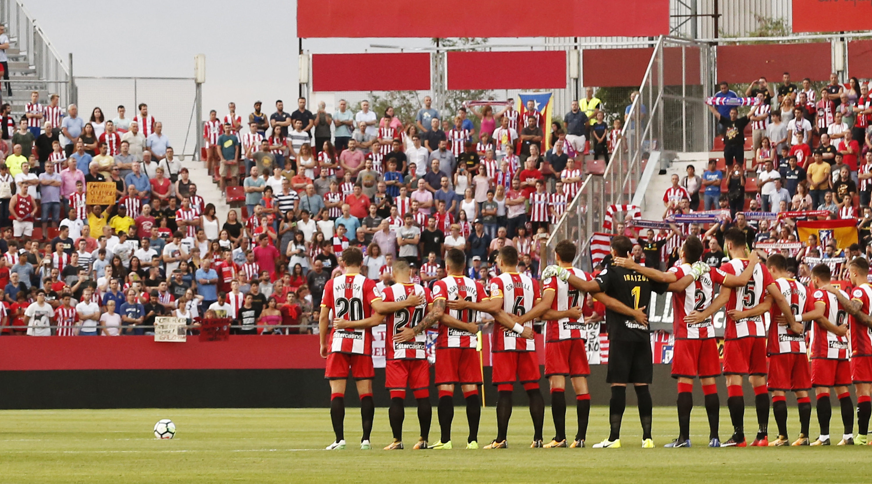 Atletico's and Girona's players observe a minute's silence for the victims of Barcelona's attack before the Spanish league football match Girona FC vs Club Atletico de Madrid at the Municipal de Montilivi stadium in Girona on August 19, 2017. / AFP PHOTO / PAU BARRENA (Photo credit should read PAU BARRENA/AFP/Getty Images)