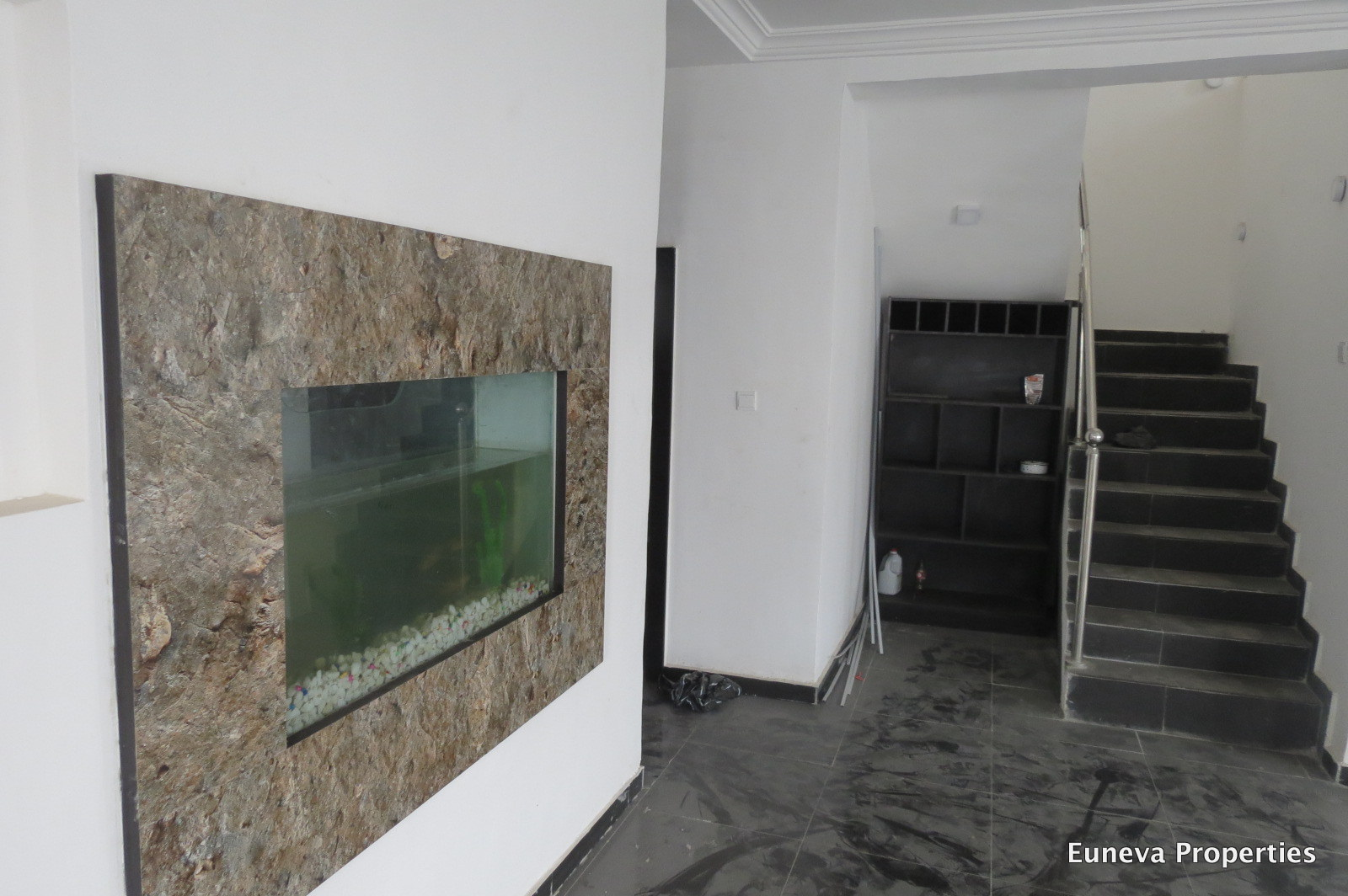Lovely 5 Bedroom Fully Detached House in Chevron with Swimming Pool and a Living Room Aquarium