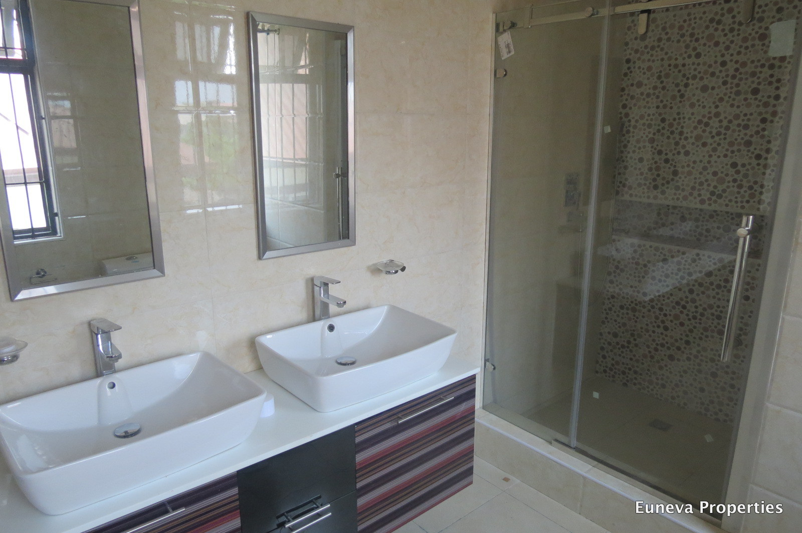 Classic 5 Bedroom Detached Duplex in Lekki Phase 1 with Swimming pool, Gym and Cinema