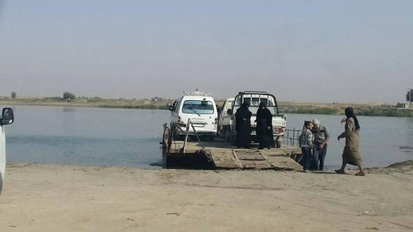 معاناة المدنيين بالتنقل بين ضفتي نهر الفرات بعد تدمير الجسور في ديرالزور