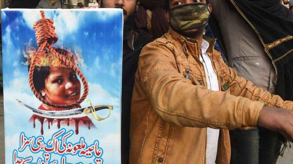 En kristen kvinde, som er frikendt for anklager om blasfemi i Pakistan, kan stadig ikke forlade landet, hvor hun har siddet fængslet i otte år på dødsgangen for en bemærkning om profeten Muhammed. Foto: Arif Ali/Ritzau Scanpix