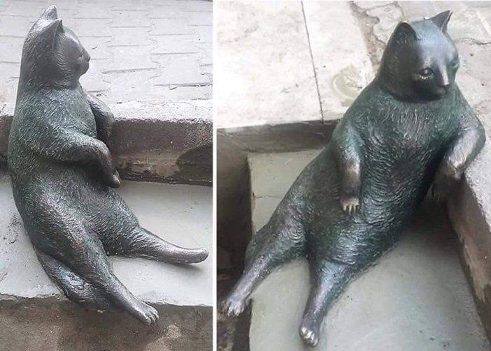 肘をつく猫と銅像