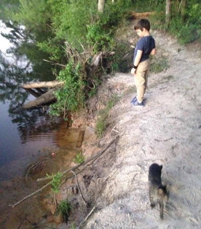 釣りをする少年