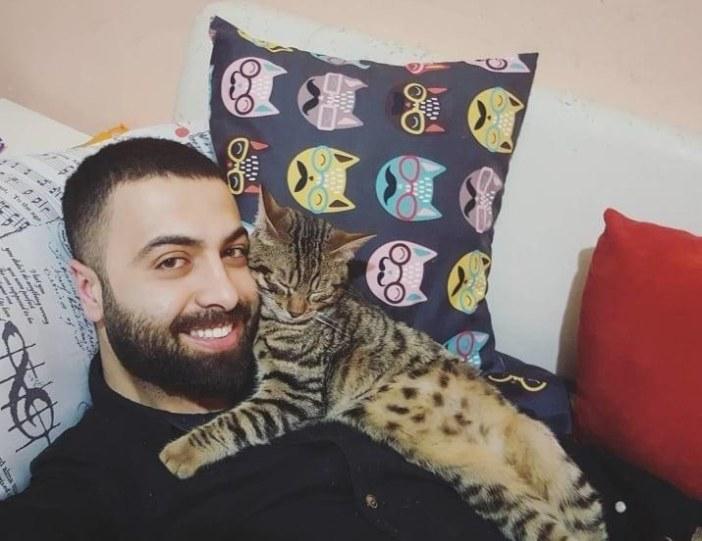抱きしめる猫