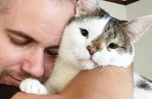 障がいのある猫と男性