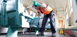 Die Reinigungskraft der Deutschen Bahn (DB), arbeitet am Donnerstag (28.04.11) in einem Zug in der neuen Innenreinigungsanlage der DB in Frankfurt am Main. Eine fuer 8,3 Millionen Euro errichtete neue Innenreinigungsanlage fuer Zuege ist am Donnerstag im Vorfeld des Frankfurter Hauptbahnhofs in Betrieb genommen. Nach Angaben der Deutschen Bahn AG ermoeglicht sie fuer die Fernzuege eine qualitativ hoehere Reinigungsstufe und ist auch umweltfreundlicher als die bisherige Anlage, die nicht mehr dem Stand der Technik entsprochen habe.