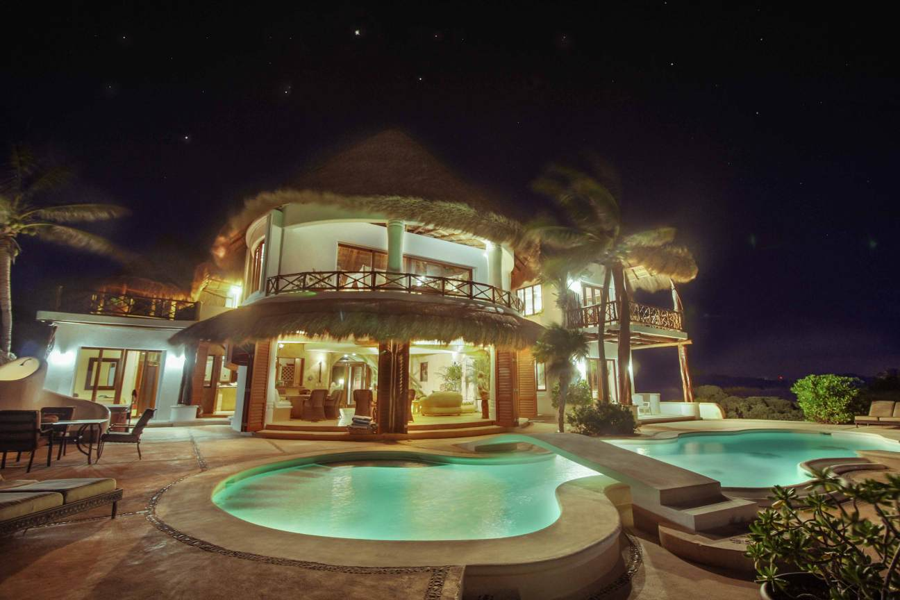 Tortuga-Pool-by-night