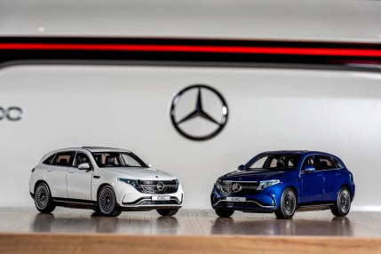 "Modellautos: EQC 400 4MATIC mit AMG Line Exterieur, Glas-Schiebedach, 21 Zoll AMG Leichtmetallrädern im 10-Speichen-Design, Designo Diamantweiß bright & Brillant Blau; Maßstab 1:18 Model cars: EQC 400 4MATIC with AMG Line exterior, glass sunroof, 21"" AMG 10-spoke light-alloy wheels, diamond white bright & brilliant blue; Scale 1:18"