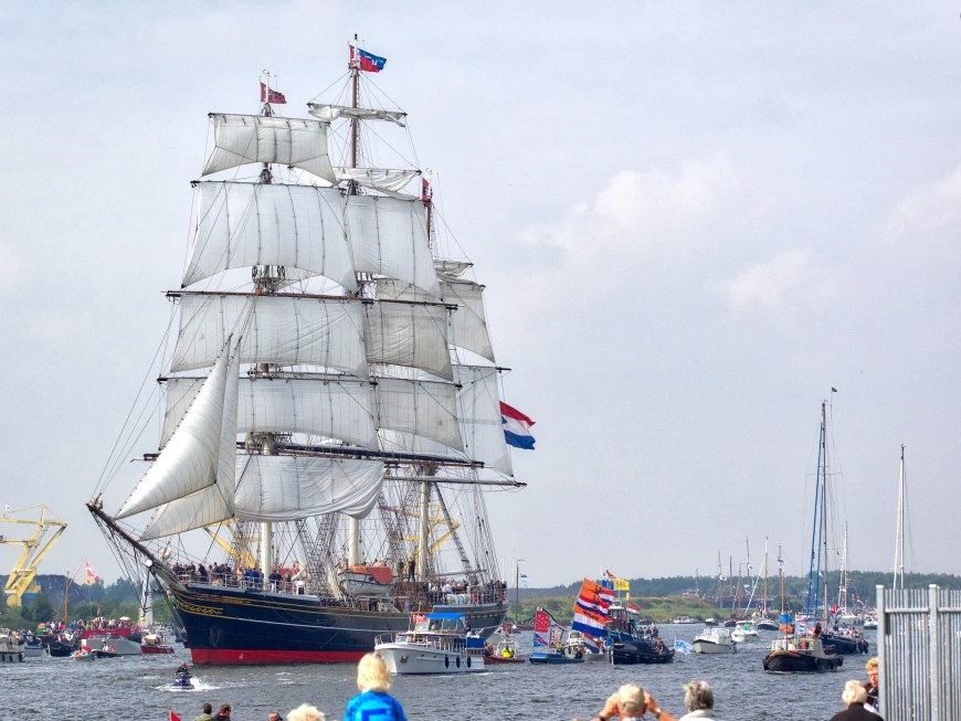 First in, 'Stad Amsterdam' surrounded by smaller boats.