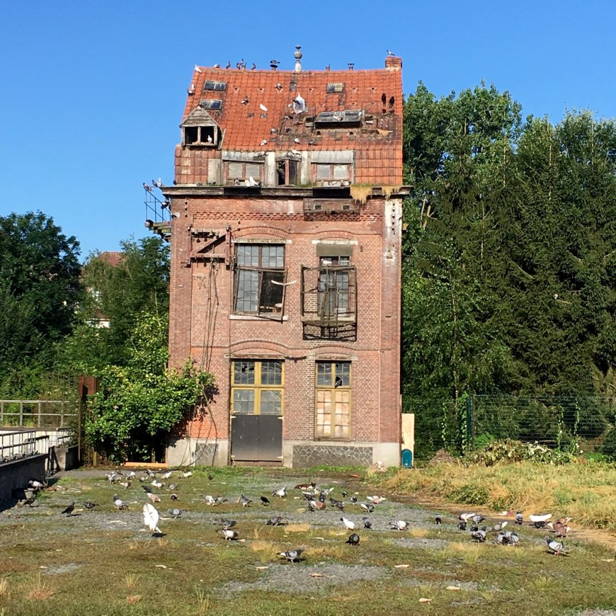 The canalised buildings have become rather decrepit. This pump house is a registered monument but the town has not been able to raise the money to restore it. Vast numbers of pigeons and several town cats are the current occupants