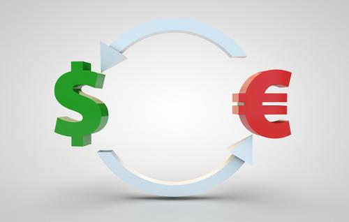 Евро стремится к паритету с долларом