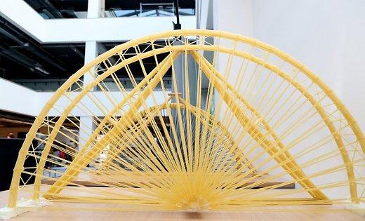 Латыши стали чемпионами мира по строительству мостов из… макарон!