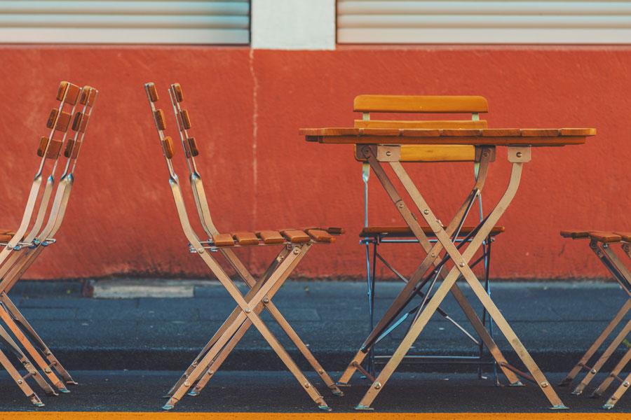 В Праге для уставших туристов выставили бесплатные стулья