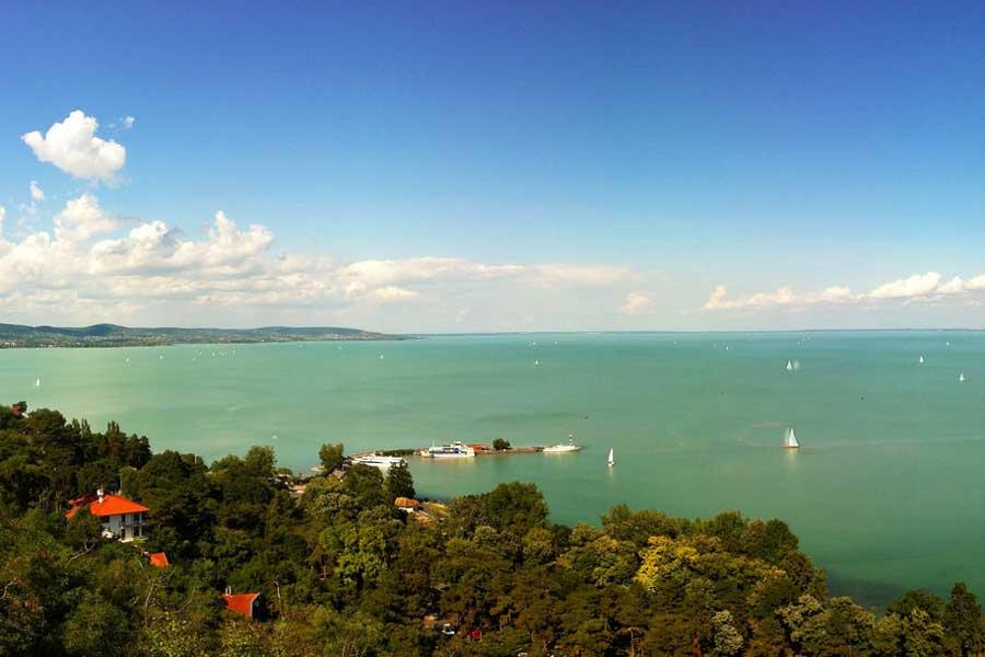 На берегах озера Балатон в Венгрии становится все меньше бесплатных пляжей