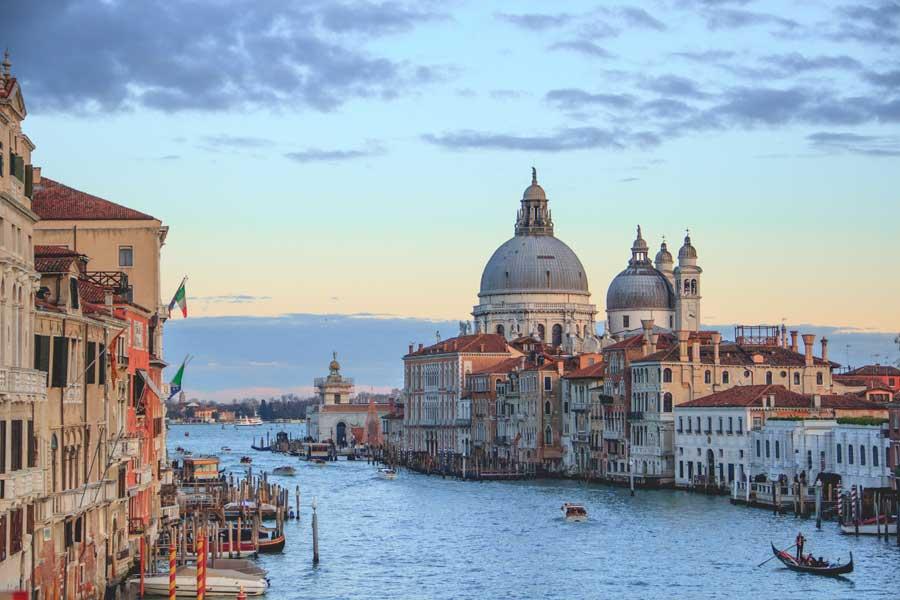 По центральным каналам Венеции запретили плавать на лодках без мотора