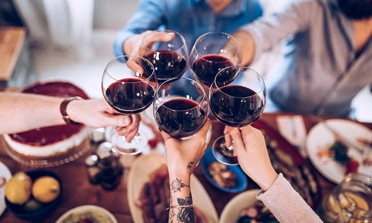 Costumes de Portugal: grupo de amigos celebrando em um banquete