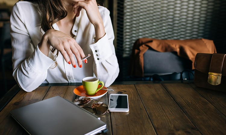 Costumes de Portugal: mulher tomando café e fumando